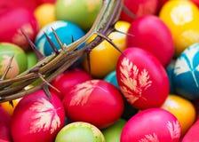 Kleurrijke paaseieren met kroon van doornen stock foto