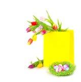Kleurrijke paaseieren met tulpen stock afbeelding