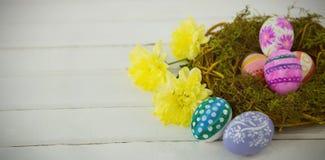 Kleurrijke paaseieren in nest Stock Foto