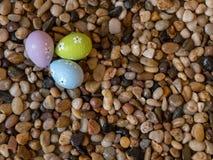 Kleurrijke paaseieren op bed van kiezelstenen Stock Afbeelding