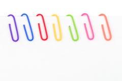 Kleurrijke paperclip en Witboek Stock Fotografie