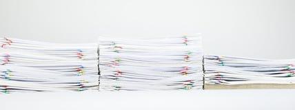 Kleurrijke paperclip met stapel van rapport en bruine envelop Stock Foto's