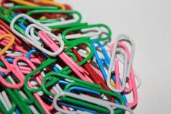 Kleurrijke paperclips Stock Foto's