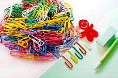 Kleurrijke paperclips op witte achtergrond Stock Fotografie