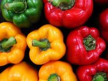 Kleurrijke paprika bij de markt Stock Fotografie