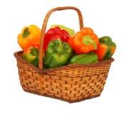 Kleurrijke paprika's in mand Stock Foto