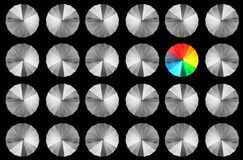 Kleurrijke paraplu onder grijze gerichte paraplu's Stock Foto's