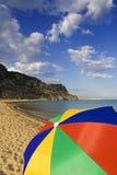 Kleurrijke paraplu op een strand Stock Afbeeldingen