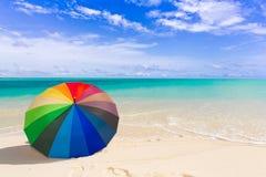 Kleurrijke paraplu op het strand stock fotografie