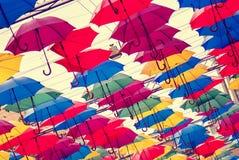 Kleurrijke paraplu's in de lucht, filmgevolgen stock afbeeldingen