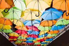 Kleurrijke paraplu's die over de steeg hangen Kosice, Slowakije Stock Fotografie