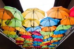 Kleurrijke paraplu's die over de steeg hangen Kosice, Slowakije Stock Foto