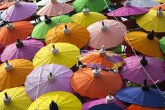 Kleurrijke paraplu's/document paraplu's: Kleurrijke achtergrond Royalty-vrije Stock Foto's