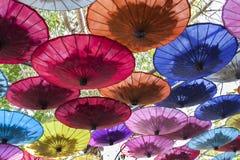 Kleurrijke paraplu's/document paraplu's: Kleurrijke achtergrond Stock Foto's