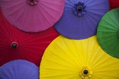 Kleurrijke paraplu's/document paraplu's: Kleurrijke achtergrond Stock Afbeelding