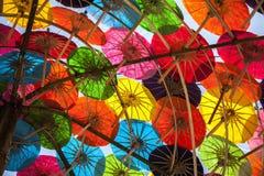 Kleurrijke paraplu's/document paraplu's: Kleurrijke achtergrond Royalty-vrije Stock Afbeeldingen
