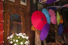 Kleurrijke paraplu's/document paraplu's: Kleurrijke achtergrond Royalty-vrije Stock Foto