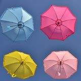Kleurrijke paraplu's onder hemel stock afbeelding