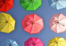 Kleurrijke paraplu's onder hemel royalty-vrije stock fotografie