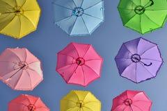 Kleurrijke paraplu's onder hemel stock fotografie