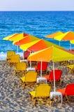 Kleurrijke paraplu's op het strand, en blauwe overzees Royalty-vrije Stock Afbeeldingen