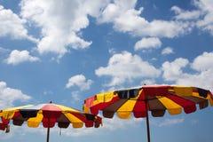 Kleurrijke paraplu's op het strand onder blauwe hemel royalty-vrije stock fotografie
