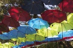 Kleurrijke Paraplu'sachtergrond De kleurrijke decoratie van de paraplu's stedelijke straat Stock Foto