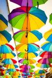 Kleurrijke Paraplu'sachtergrond Kleurrijke paraplu's in de hemel Straatdecoratie Stock Afbeeldingen