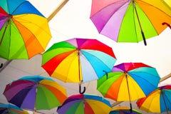 Kleurrijke Paraplu'sachtergrond Kleurrijke paraplu's in de hemel Straatdecoratie Stock Afbeelding