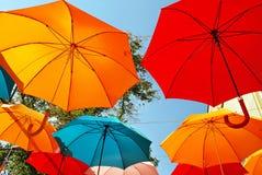 Kleurrijke Paraplu'sachtergrond Kleurrijke paraplu's in de hemel Straatdecoratie Royalty-vrije Stock Afbeeldingen