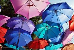 Kleurrijke Paraplu'sachtergrond Kleurrijke paraplu's in de hemel Straatdecoratie Royalty-vrije Stock Foto's