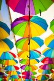 Kleurrijke Paraplu'sachtergrond Kleurrijke paraplu's in de hemel Straatdecoratie Stock Foto