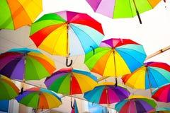 Kleurrijke Paraplu'sachtergrond Kleurrijke paraplu's in de hemel Straatdecoratie Stock Fotografie