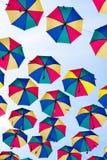 Kleurrijke Paraplu'sachtergrond Stedelijke de straatdecoratie van Colorufulparaplu's Het hangen van Multicoloured paraplu's over  Stock Foto