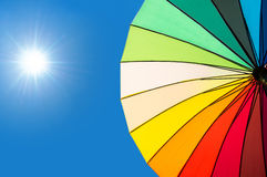 Kleurrijke paraplusegmenten op blauwe hemel Royalty-vrije Stock Foto