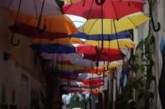 Kleurrijke parapluweg Stock Foto