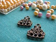 Kleurrijke parels en stukken voor het maken van oorringen, met de hand gemaakte juwelen Royalty-vrije Stock Afbeelding