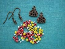 Kleurrijke parels en stukken voor het maken van oorringen, met de hand gemaakte juwelen Royalty-vrije Stock Fotografie