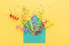 Kleurrijke partijconfettien in envelop stock afbeeldingen