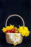 Kleurrijke Pasen-mand met Ester Eggs en gele narcissen royalty-vrije stock fotografie