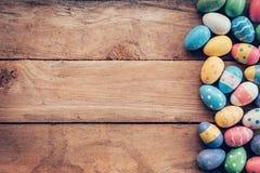 Kleurrijke pastelkleurpaaseieren op houten achtergrond met ruimte vin Stock Foto
