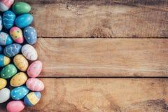 Kleurrijke pastelkleurpaaseieren op houten achtergrond met ruimte vin Royalty-vrije Stock Foto