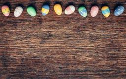 Kleurrijke pastelkleurpaaseieren op houten achtergrond met ruimte vin Stock Foto's