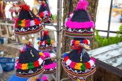 Kleurrijke patronen van Akha-stamhoeden, Chiang Mai, Thailand royalty-vrije stock afbeelding
