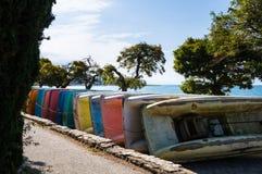 Kleurrijke pedaalboten die opgeslagen worden stock fotografie