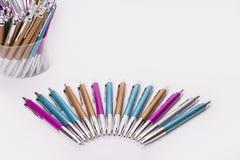 Kleurrijke pennen in halve cirkel op witte achtergrond Royalty-vrije Stock Foto's