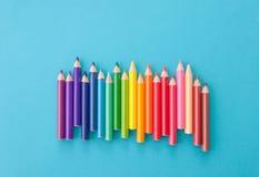 Kleurrijke pennen op blauw Stock Foto