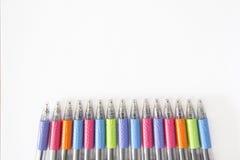 Kleurrijke pennen op witte achtergrond Royalty-vrije Stock Afbeelding