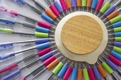 Kleurrijke pennen op witte achtergrond Stock Afbeelding