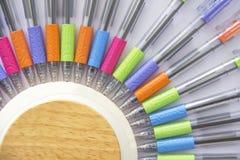 Kleurrijke pennen op witte achtergrond Stock Foto's
